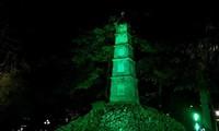 호안끼엠 호수의 붓(Bút)탑에 초록불이 켜진다