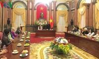 당 티 응옥 틴 (Đặng Thị Ngọc Thịnh) 부주석, 빈롱성의 유공자 대표단 접견