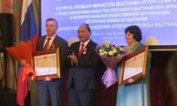 응우옌 쑤언 푹 총리, 베트남-러시아 친선협회 및 러시아 군사전문가협회와 만남