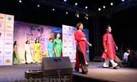Показ вьетнамских платьев на Глобальной неделе моды в Индии