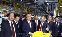 Thủ tướng Nguyễn Xuân Phúc: VinFast cần chủ động liên kết, hợp tác với các nhà sản xuất ô tô Việt Nam