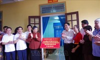 Phó Chủ tịch Thường trực Quốc hội Tòng Thị Phóng thăm, tặng quà  trường phổ thông dân tộc nội trú huyện Con Cuông