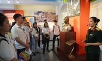 Thanh niên kiều bào ấn tượng khi tham Di tích nơi ở của Chủ tịch Hồ Chí Minh