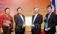 Kota Hanoi memberikan Gelar Warga Negara Kehormatan kepada warga negara Laos