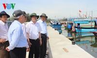 Министр Као Дык Фат навестил рыбаков провинции Куангнгай