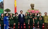 Премьер СРВ встретился с ветеранами войны и бывшими молодыми добровольцами страны