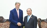 Премьер Вьетнама принял бывшего госсекретаря США Джона Керри
