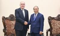 Премьер-министр Нгуен Суан Фук принял главу МИД Азербайджана