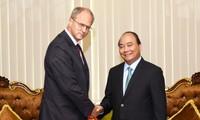 Нгуен Суан Фук встретился с послами зарубежных стран во Вьетнаме