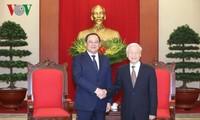 Генсек ЦК КПВ и премьер-министр Вьетнама приняли вице-премьера Лаоса