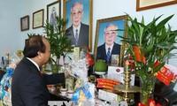 Нгуен Суан Фук зажёг благовония в память о бывших руководителях государства и правительства