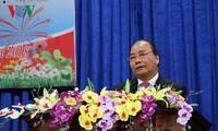 Нгуен Суан Фук встретился с бывшими и действующими руководителями уезда Кюэшон