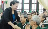 Спикер парламента Вьетнама навестила больных военнослужащих и инвалидов войны провинции Ханам
