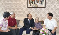 Премьер Вьетнама Нгуен Суан Фук посетил семьи павших фронтовиков в Ханое