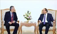 Премьер Вьетнама принял генсека Всемирной федерации профсоюзов