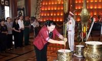 Нгуен Тхи Ким Нган зажгла благовония в память о павших фронтовиках в Хошимине