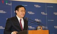 Le vice-Premier ministre Vuong Dinh Hue travaille avec la caisse de sécurité sociale