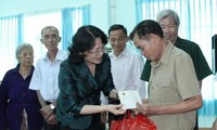 Dang Thi Ngoc Thinh rencontre des familles méritantes de Binh Phuoc