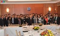 Le leader du PCV rencontre des  jeunes intellectuels vietnamiens en France