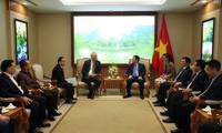 Vuong Dinh Huê reçoit le président de HDI Global SE et le recteur d'une université de Bratislava