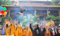 Le 2562e anniversaire de la naissance de Bouddha célébré au Vietnam