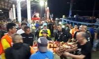 Thaïlande: au moins 13 morts et des dizaines de touristes disparus après le naufrage d'un bateau