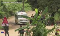 Thaïlande: les sauveteurs tentent de sortir les derniers jeunes de la grotte