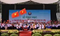Des jeunes Viêt kiêu découvrent la cité impériale de Huê