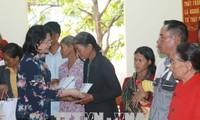 Dang Thi Ngoc Thinh rencontre des familles méritantes à Dak Nông