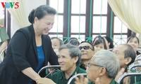 Nguyên Thi Kim Ngân rencontre des invalides de guerre à Hà Nam