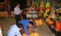 500 personnes allument des cierges au site historique du carrefour de Dông Lôc
