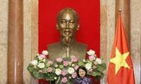 La vice-présidente Dang Thi Ngoc Thinh reçoit des personnes méritantes de Thua Thiên-Huê