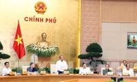 Nguyên Xuân Phuc préside la réunion du gouvernement sur la réforme institutionnelle.