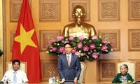 Une délégation de personnes méritantes reçue par Vu Duc Dam
