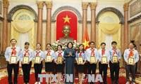 Dang Thi Ngoc Thinh rencontre des enfants sages de l'Oncle Hô de Binh Duong