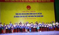 Dang Thi Ngoc Thinh distribue des cadeaux à des familles méritantes de Quang Ngai