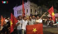 Les supporters encouragent le onze vietnamien