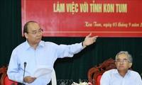Nguyên Xuân Phuc travaille avec les dirigeants de la province de Kon Tum