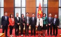 Vuong Dinh Huê rencontre des dirigeants des groupes financiers