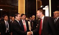 Vuong Dinh Hue dialogue avec les représentants du monde des technologies et des finances