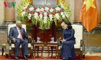La présidente par intérim Dang Thi Ngoc Thinh reçoit l'ancien président mozambicain