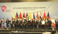 Le chef de la diplomatie vietnamienne à des conférences de l'ASEAN