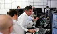 Les actions baissent, le sterling chute face à la crise politique à Londres