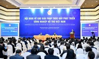 Nguyên Xuân Phuc à la conférence sur les industries auxiliaires