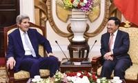 Pham Binh Minh rencontre l'ancien secrétaire d'État américain John Kerry