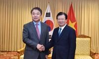 Le vice-président du groupe Hyundai reçu par le vice-Premier ministre Trinh Dinh Dung