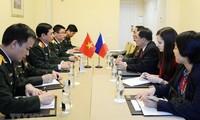 Phan Van Giang rencontre des officiers russe et philippin