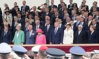 Elizabeth II remercie les héros du D-Day aux côtés de Trump et Macron