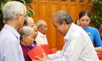 Truong Hoa Binh rencontre des personnes méritantes de la province de Thua Thiên-Huê