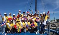Les candidats du concours « Chants de l'ASEAN+3 » visitent la baie d'Ha Long